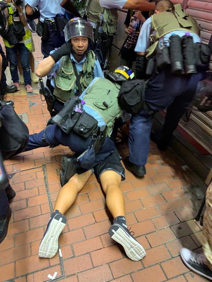 Hồng Kông: Cảnh sát và người biểu tình tiếp tục đụng độ - Ảnh 4.