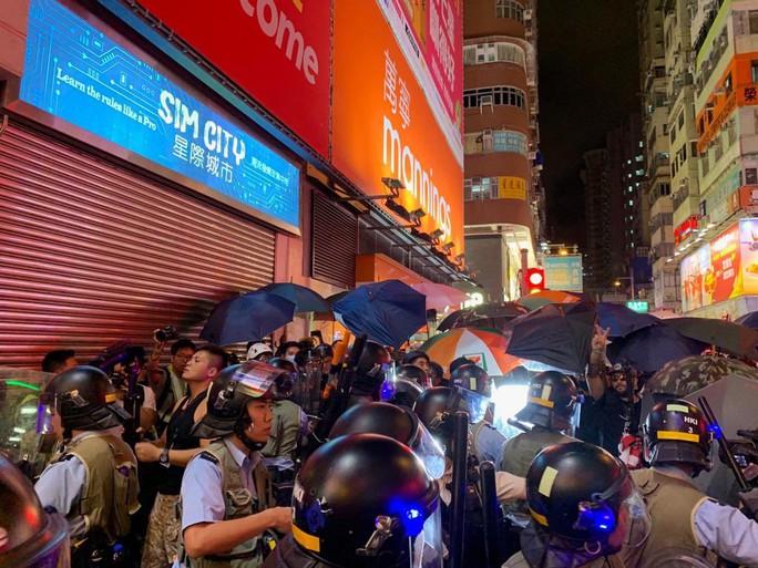 Hồng Kông: Cảnh sát và người biểu tình tiếp tục đụng độ - Ảnh 1.