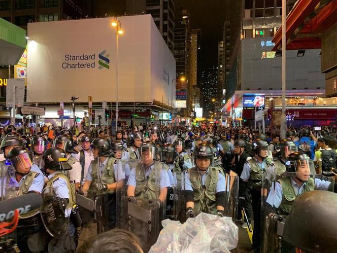 Hồng Kông: Cảnh sát và người biểu tình tiếp tục đụng độ - Ảnh 3.
