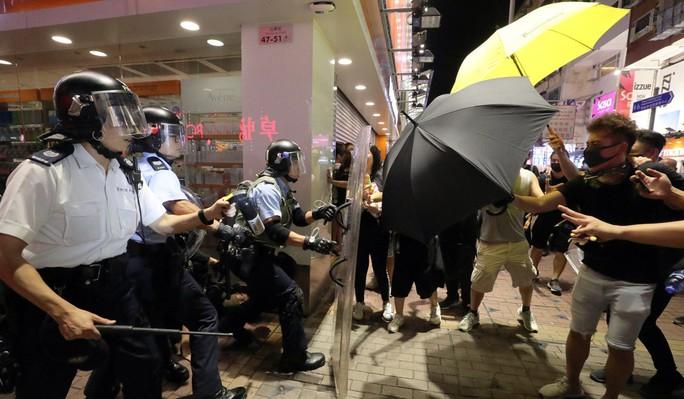 Hồng Kông: Cảnh sát và người biểu tình tiếp tục đụng độ - Ảnh 2.