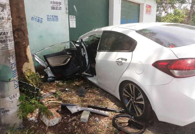 Xe ôtô 4 chỗ bất ngờ lao lên vỉa hè, tài xế và 2 mẹ con bị thương nặng - Ảnh 1.