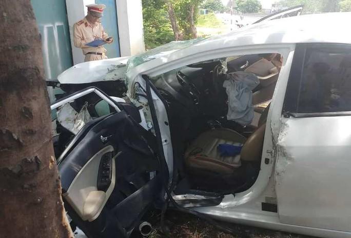 Xe ôtô 4 chỗ bất ngờ lao lên vỉa hè, tài xế và 2 mẹ con bị thương nặng - Ảnh 2.