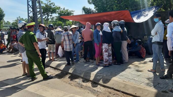 Đà Nẵng: Hàng chục người dân lại tiếp tục dựng lều chặn xe chở rác - Ảnh 2.