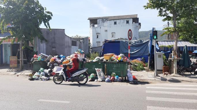 Đà Nẵng: Hàng chục người dân lại tiếp tục dựng lều chặn xe chở rác - Ảnh 5.