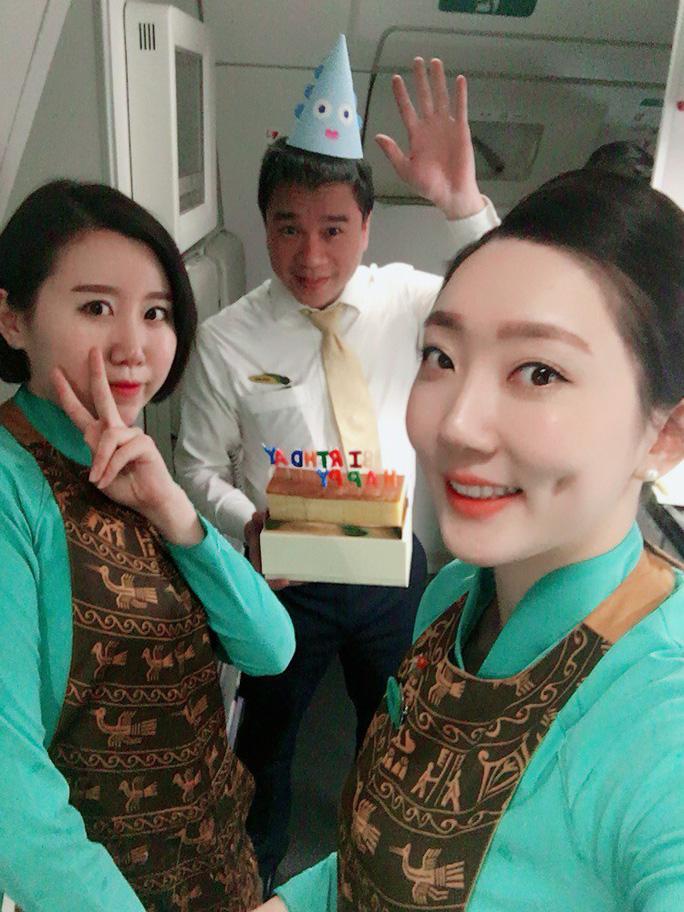 Tiếp viên chia sẻ về giây phút ngồi ôm nữ hành khách bị ngất trên máy bay - Ảnh 4.
