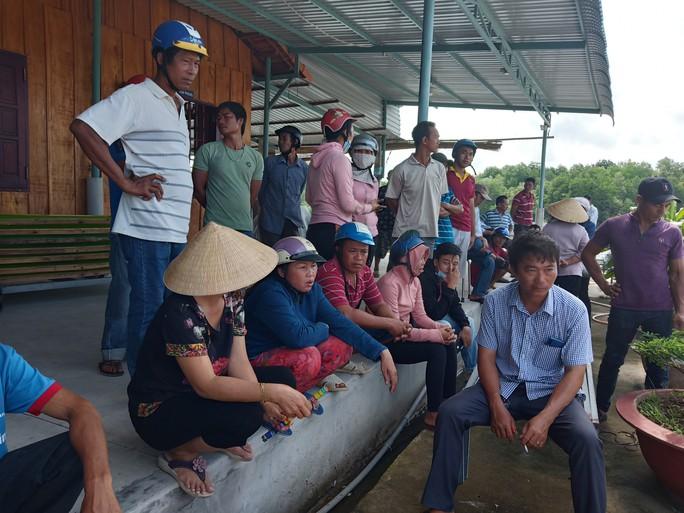 Dân bao vây cơ sở chế biến hải sản không phép nghi xả thải ra môi trường - Ảnh 1.