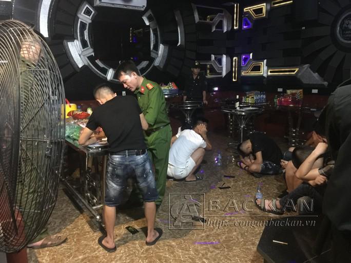 Đột kích phòng karaoke Tổng thống, Hoàng hậu, phát hiện hàng chục nam nữ đang bay lắc - Ảnh 1.