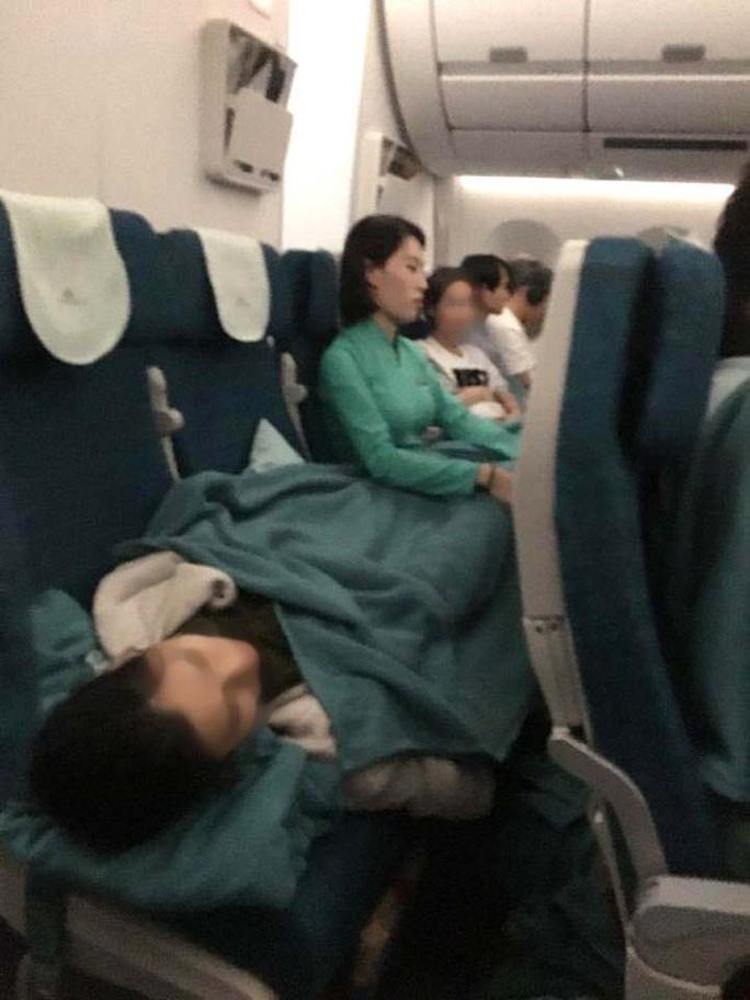 Tiếp viên chia sẻ về giây phút ngồi ôm nữ hành khách bị ngất trên máy bay - Ảnh 1.