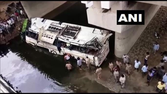 Tài xế buồn ngủ, xe buýt lao khỏi cao tốc rơi xuống kênh - Ảnh 2.