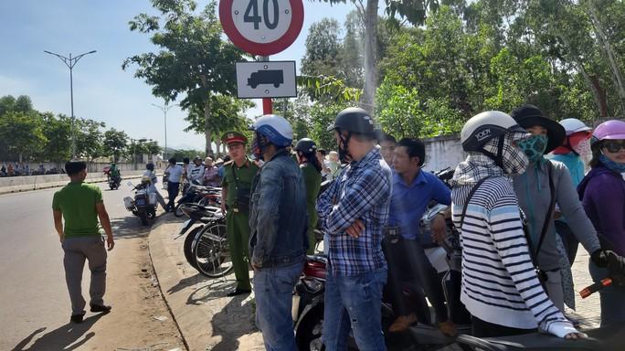 Đà Nẵng: Hàng chục người dân lại tiếp tục dựng lều chặn xe chở rác - Ảnh 3.