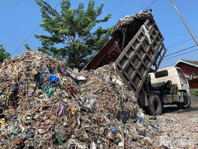 """Rác thải """"nuốt chửng"""" ngôi làng ở Indonesia - Ảnh 3."""
