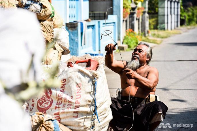 """Rác thải """"nuốt chửng"""" ngôi làng ở Indonesia - Ảnh 5."""