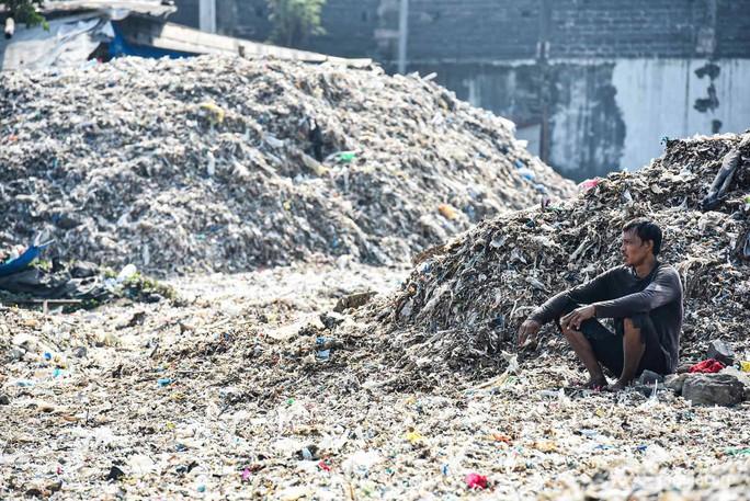 """Rác thải """"nuốt chửng"""" ngôi làng ở Indonesia - Ảnh 10."""