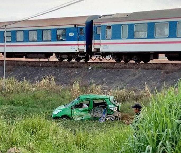 Tàu hoả tông taxi, 2 người chết 3 người bị thương - Ảnh 2.
