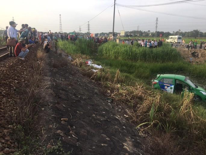 Tàu hoả tông taxi, 2 người chết 3 người bị thương - Ảnh 1.