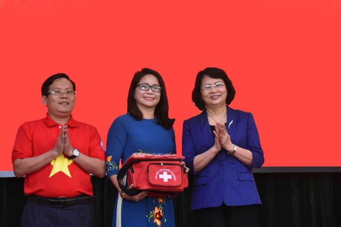 Phó Chủ tịch nước trao cờ Tổ quốc cho ngư dân - Ảnh 1.