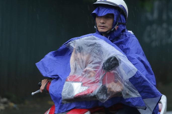Mưa kéo dài, Hà Nội ngập, tắc đường - Ảnh 8.