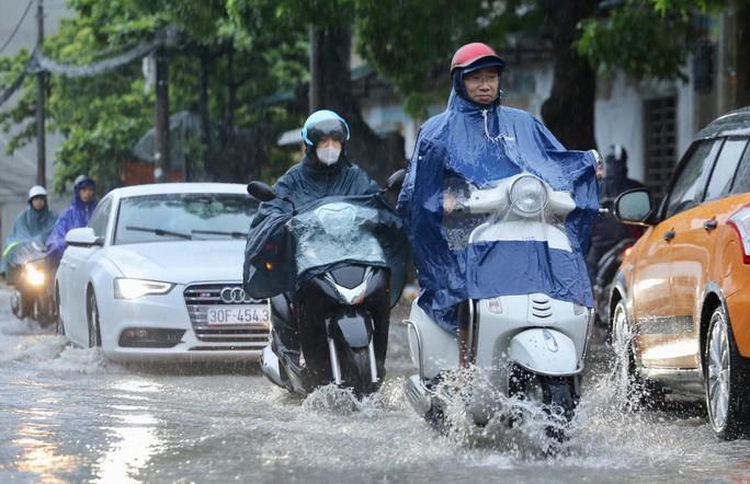 Mưa kéo dài, Hà Nội ngập, tắc đường - Ảnh 1.