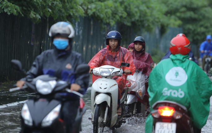 Mưa kéo dài, Hà Nội ngập, tắc đường - Ảnh 2.
