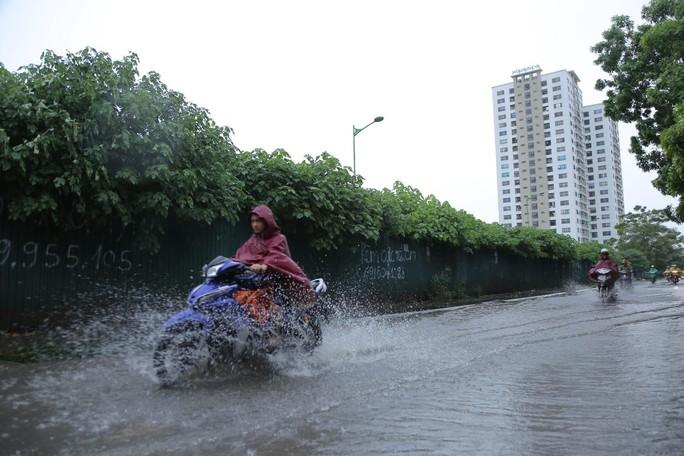 Mưa kéo dài, Hà Nội ngập, tắc đường - Ảnh 3.