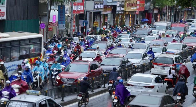 Mưa kéo dài, Hà Nội ngập, tắc đường - Ảnh 10.