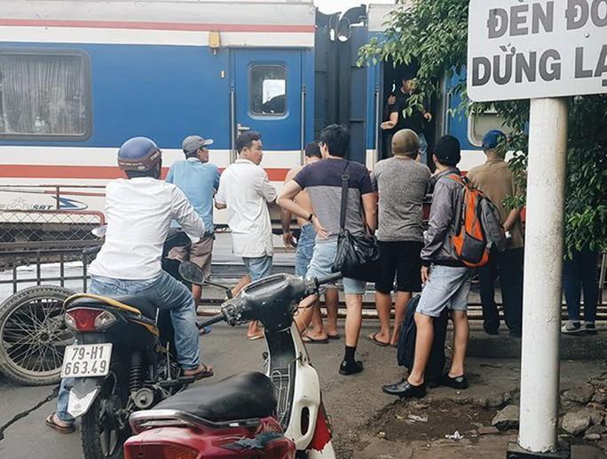 Tai nạn ngay gác chăn, ách tắc đường đi Tây Nha Trang - Ảnh 1.