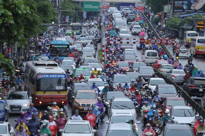 Mưa kéo dài, Hà Nội ngập, tắc đường - Ảnh 12.