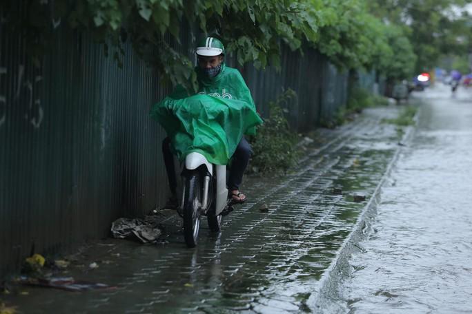 Mưa kéo dài, Hà Nội ngập, tắc đường - Ảnh 5.