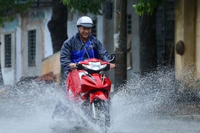 Mưa kéo dài, Hà Nội ngập, tắc đường - Ảnh 7.