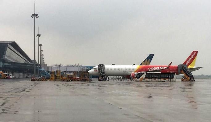 Hàng chục chuyến bay bị ảnh hưởng bởi bão số 3 - Ảnh 1.
