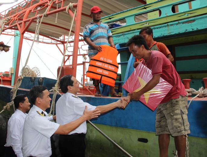 """Phát động chương trình """"Hải quân Việt Nam làm điểm tựa cho ngư dân vươn khơi, bám biển"""" - Ảnh 2."""