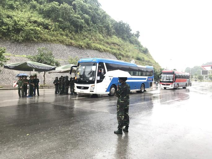 Clip: Bàn giao 380 người Trung Quốc trong đường dây đánh bạc hơn 10.000 tỉ tại cửa khẩu Hữu Nghị - Ảnh 6.