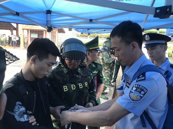 Clip: Bàn giao 380 người Trung Quốc trong đường dây đánh bạc hơn 10.000 tỉ tại cửa khẩu Hữu Nghị - Ảnh 10.