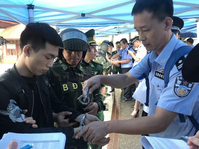 Clip: Bàn giao 380 người Trung Quốc trong đường dây đánh bạc hơn 10.000 tỉ tại cửa khẩu Hữu Nghị - Ảnh 11.