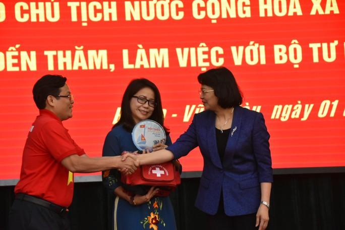 Phó Chủ tịch nước cùng Báo Người Lao Động trao 1.000 lá cờ Tổ Quốc cho ngư dân BR-VT - Ảnh 4.