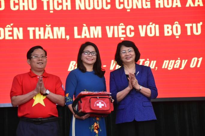 Phó Chủ tịch nước cùng Báo Người Lao Động trao 1.000 lá cờ Tổ Quốc cho ngư dân BR-VT - Ảnh 2.
