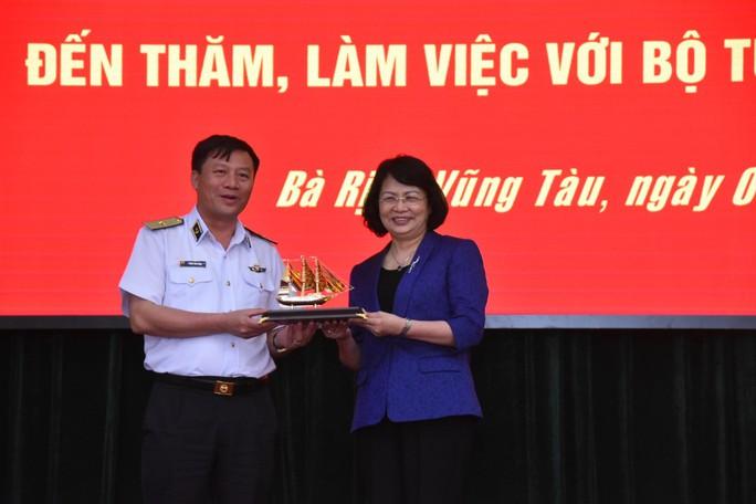 Phó Chủ tịch nước cùng Báo Người Lao Động trao 1.000 lá cờ Tổ Quốc cho ngư dân BR-VT - Ảnh 7.