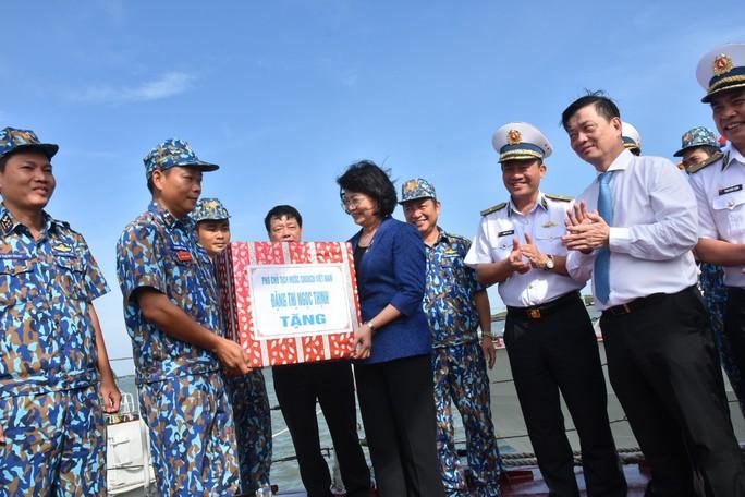 Phó Chủ tịch nước cùng Báo Người Lao Động trao 1.000 lá cờ Tổ Quốc cho ngư dân BR-VT - Ảnh 6.