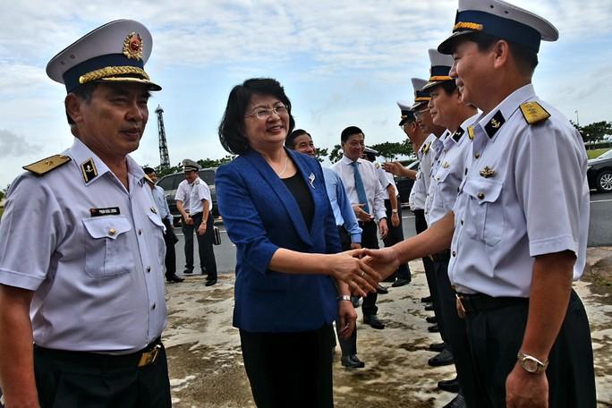 Phó Chủ tịch nước cùng Báo Người Lao Động trao 1.000 lá cờ Tổ Quốc cho ngư dân BR-VT - Ảnh 1.