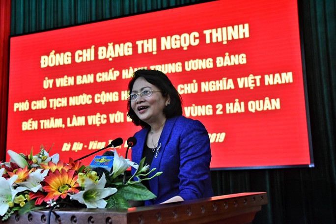 Phó Chủ tịch nước cùng Báo Người Lao Động trao 1.000 lá cờ Tổ Quốc cho ngư dân BR-VT - Ảnh 3.