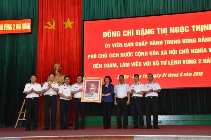 Phó Chủ tịch nước cùng Báo Người Lao Động trao 1.000 lá cờ Tổ Quốc cho ngư dân BR-VT - Ảnh 5.