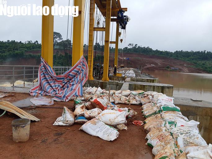 Cận cảnh giải thoát bom nước thủy điện Đắk Kar - Ảnh 6.