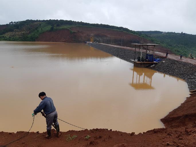 Mở được cửa xả thủy điện Đắk Kar, lại lo lũ lụt ở hạ du - Ảnh 2.