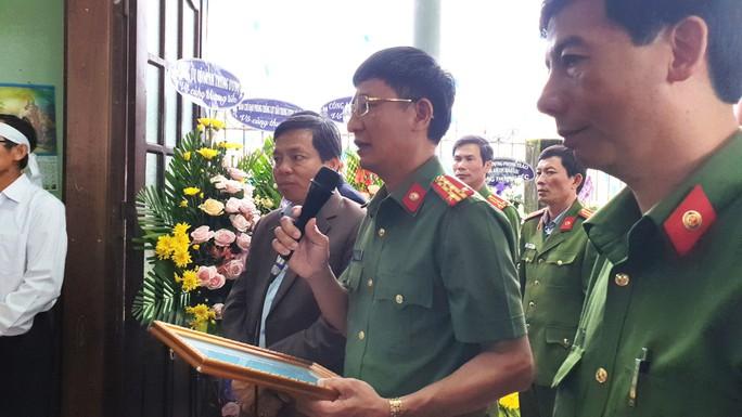 Xúc động tiễn biệt công an viên Phạm Minh Tú tử vong do cứu người trong lũ dữ - Ảnh 1.