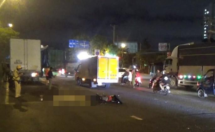 TP HCM: Xe máy chạy vào làn đường ôtô, 2 người thương vong - Ảnh 1.