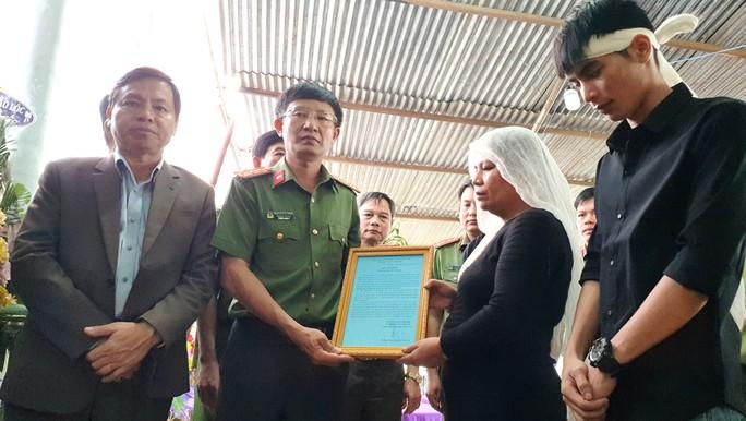 Xúc động tiễn biệt công an viên Phạm Minh Tú tử vong do cứu người trong lũ dữ - Ảnh 2.