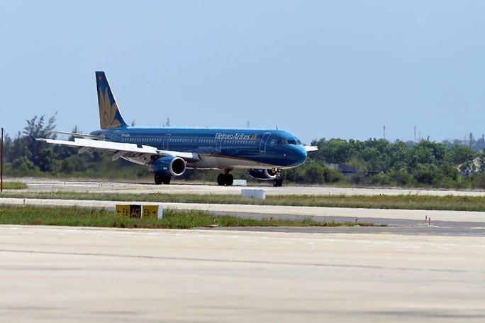 Mở cửa trở lại, hôm nay sân bay Phú Quốc khai thác 100 chuyến bay - Ảnh 1.