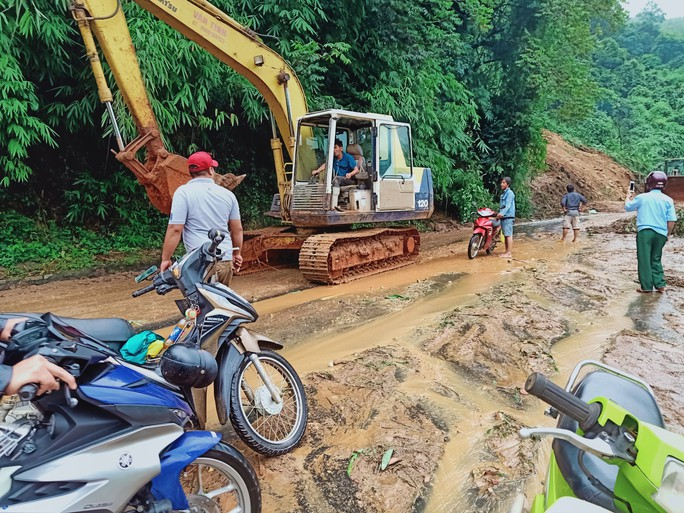 Xúc động tiễn biệt công an viên Phạm Minh Tú tử vong do cứu người trong lũ dữ - Ảnh 7.
