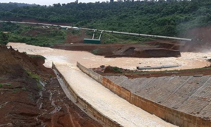 Mở được cửa xả thủy điện Đắk Kar, lại lo lũ lụt ở hạ du - Ảnh 1.