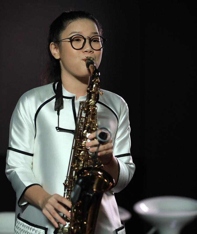 Con gái nghệ sĩ saxophone Trần Mạnh Tuấn vượt mặt bố - Ảnh 1.